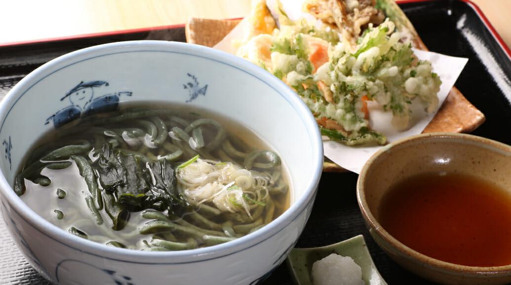 朝日の特産品、よもぎをつかったうどんや天ぷらが食べられます。