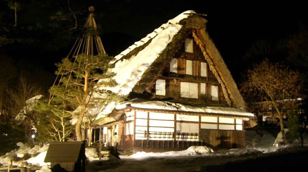 冬にはライトアップが開催されます。雪化粧した合掌集落が幻想的に照らし出され、この季節だけの美しい飛騨の里の景色が楽しめます。