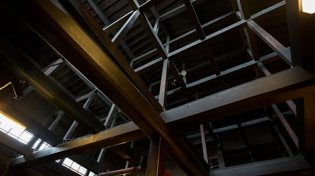 入館してすぐに天井を見上げると、7間半(約13m)の1本の赤松で貫き通されたスケールの大きな梁に圧倒。 3Fの高さまである吹き抜けで開放感溢れる空間をお楽しみ下さい。