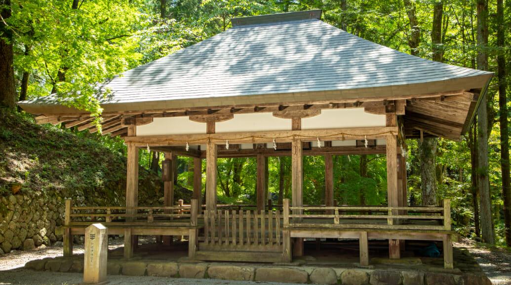 1695年、高山城取り壊しの際に城内の月見殿を移築したと伝わります。 また、この建物に掲げられた金森藩政時代の絵馬額4面が残されています。  県指定文化財・日本遺産