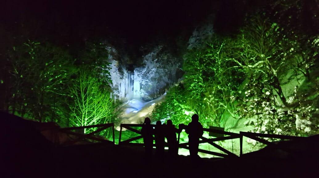 高さ64m、幅6mの滝が凍てつく寒さで凍り付き、迫力満点の名瀑が楽しめる「平湯大滝結氷祭り」